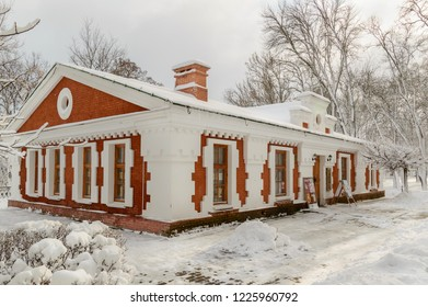 A branch of the Vetka Museum of Old Believers and Belarusian traditions. Gomel. Belarus. 2. April. 2018.  Winter in the Gomel Park Rumyantsevs and Paskevich. Snowstorm and snowfall.