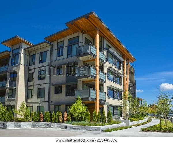 Neues Apartmenthaus am sonnigen Tag in British Columbia, Kanada.