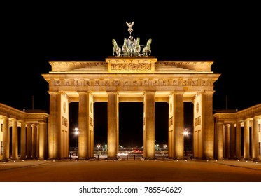 The Brandenburg Gate without people at night.