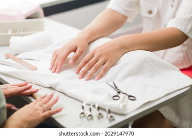 Brasilian latin mid woman manicure profesional puting to a cliente fiberflass nails autumn evoque