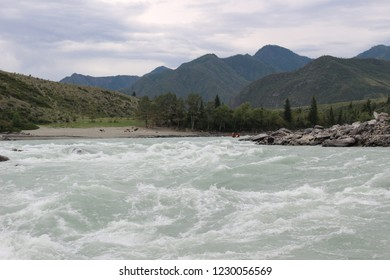 "the brave guys overcome a difficult ""Ilgumensky"" rapid on the Katun River. Extreme rafting and picturesque nature of Altai."