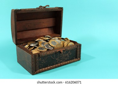 Brazilian coins inside the wooden chest