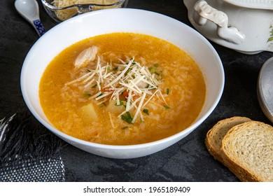 Brasilianische Küche - Hühnersuppe oder Canja de galinha auf Portugiesisch - Traditionelle brasilianische Gerichte, Suppe mit Huhn und Reis.