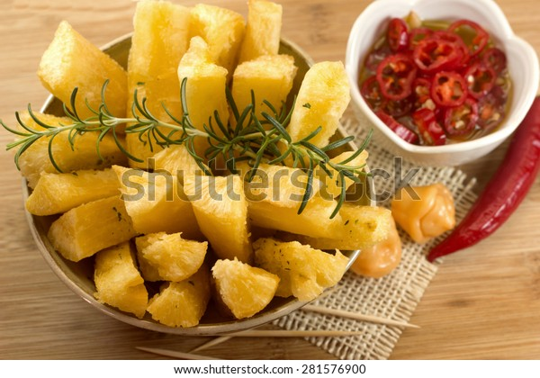 Mandioca frita, aliment brésilien. Racine de manioc profondément frite.