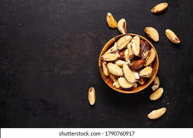 nueces brasileñas en tazón de madera de fondo rústico