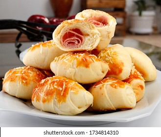 brasilianische Snacks, verpackt in Schinken und Mozzarella,