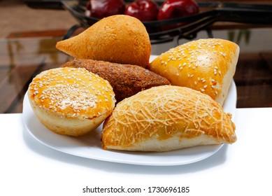 Brasilianische Snacks, Esfirra, Kebab, Patty, Coxinha, Würstchen verpackt