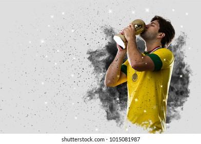 Braziliaanse voetballer komt uit een explosie van rook. vieren met een trofee in zijn hand.