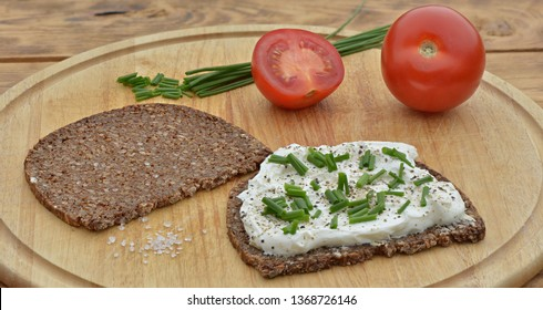 Bread with cottage cheese with chives