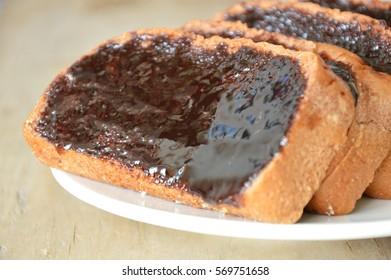 bread slice dressing creamy chocolate sauce on dish