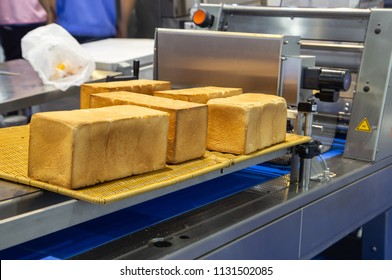 Bread slicer machine in food and bekery production line