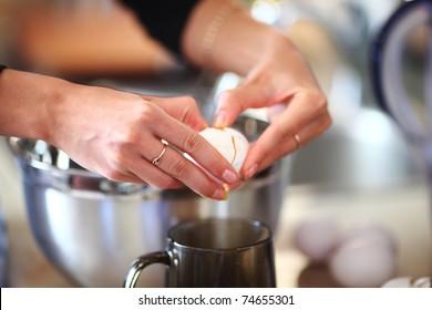 break an egg by cup