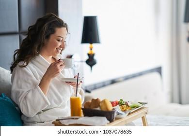 Frühstück im Bett, gemütliches Hotelzimmer. Konzept