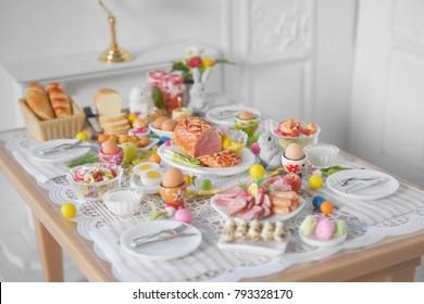 Frühstücksbuffet oder Brunch-Tisch für Osteressen mit Freunden und Familie rund um den Tisch