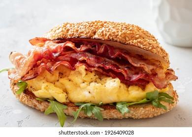 Frühstücksbun mit Rührei und Speck