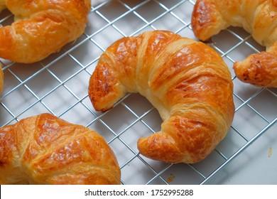 Frühstücksbutter-Croissant auf dem Tisch