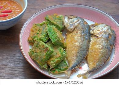 Frühstück thailändische Küche , Fisch und Omelettes mit thailändischer Curry-Paste