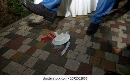 Breaking plates on wedding popular tradition