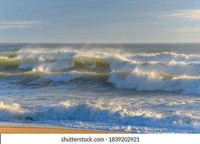 Brise des vagues sur une plage de l'océan Atlantique.