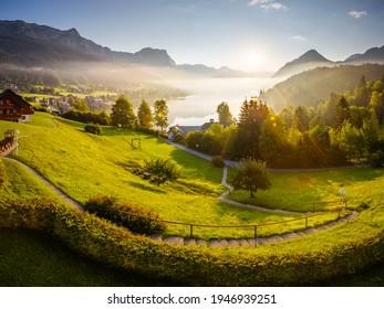 Atemberaubender Blick auf den morgendlichen grünen Garten bei Sonnenlicht. Location Resort Grundlsee, Liezen Bezirk der Steiermark, Österreich, Alpen. Europa. Lebendiges Foto-Bildschirmhintergrund. Entdecken Sie die Schönheit der Erde.