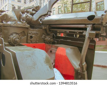 """Breech of the gun. The 2A65 """"Msta-B"""" is a Soviet towed 152.4 mm howitzer, according to the classification of NATO - M1987. Russian / Soviet towed 152-mm howitzer."""