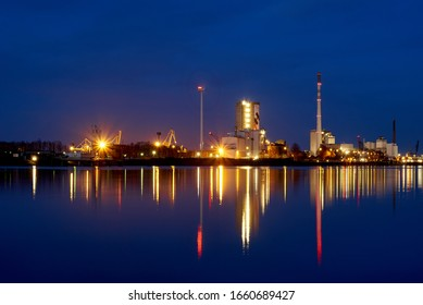 """Bremen, Germany - March 01, 2020: scenic night view of the grinding plant """"Hansa"""" owned by the company Holcim, which among other things produces climate-neutral concrete"""