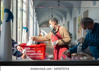 """Brescia, Lombardia/IT - 20/02/2020. La mensa """"Menni"""". L'unico punto di ristoro rimasto aperto a Brescia dove incontrare un pasto caldo per la comunità di senzatetto della citta"""