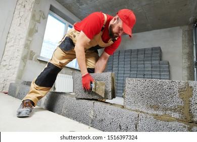 capa de ladrillo que trabaja con bloques de cemento ceramiscénico. Amarramiento