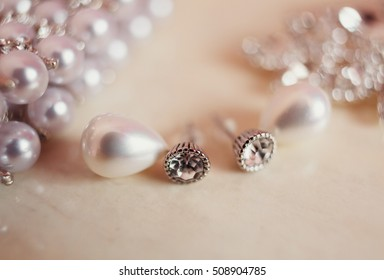 Bridal jewelry earrings with the pearls