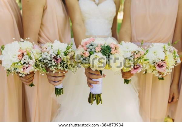 Brautjungfern und Brautjungfern mit schönen Blumen