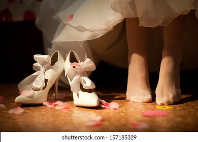 bride going to put on shoes