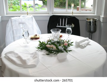 Exceptionnel Bride And Groom Table Setting.