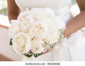 eine Braut hält einen Strauß