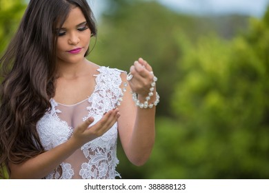 Bride / Bride holding her rosary