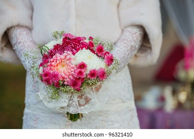 Bride holding purpur wedding bouquet in the yours hand