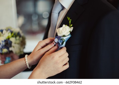 The bride puts on a buttonhole