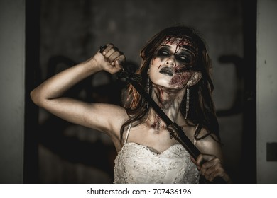 The bride turned into a zombie, sword in hand, is about to commit suicide.