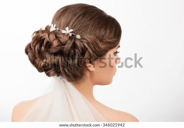 Braut mit Hochzeitshaar und Schleier auf weißem Hintergrund