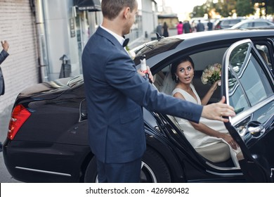 The brides sit in the wedding car