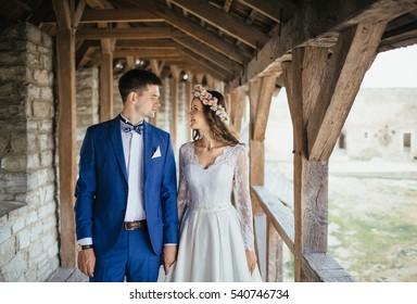 花嫁が城の中を歩いていた