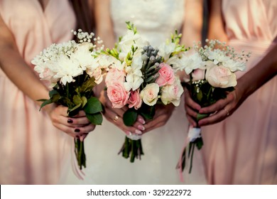 Brautjungfrau mit Blumen bei der Hochzeit