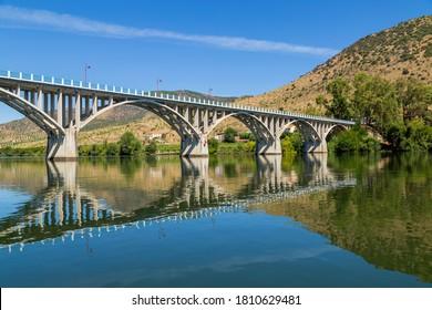 Pont Almirante Sarmento Rodrigues, premier pont routier sur la partie portugaise du fleuve Douro, à Barca de Alva, près de la frontière espagnole