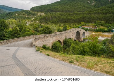 Brücke in Camino de Santiago. Aoiz, Dorf Navarra, Spanien