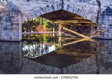 Un puente desde Valencia reflexiona en el agua del parque