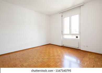 Bright empty room and nice parquet. Nobody inside