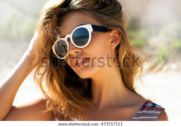 楽しい笑顔の美しい女性、自然の美しい顔、肌の手入れ、明るいカジュアルなトレンディサングラス、明るいセクシーな化粧、旅行気分、デートを楽しむ、官能的な美しい若い女性の明るいライフスタイルファッションポートレート