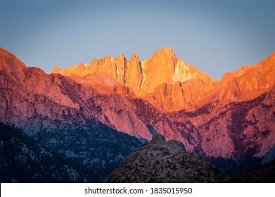 Brillanter Sonnenaufgang auf dem Mount Whitney im Kaliforniental.
