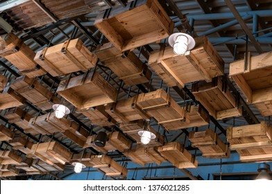 Bringing wooden crates to decorate on the ceiling.The decoration is interior Loft style.