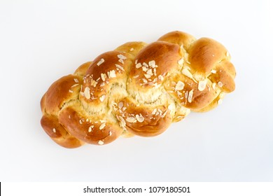 Brioche is a pastry of French origin that is similar to a highly enriched bread, and whose high egg and butter content give it a rich and tender crumb.