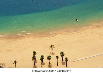 The broad golden Saharasand was taken here by plane and thrown off, a broad golden beach with turquoise water and palm trees